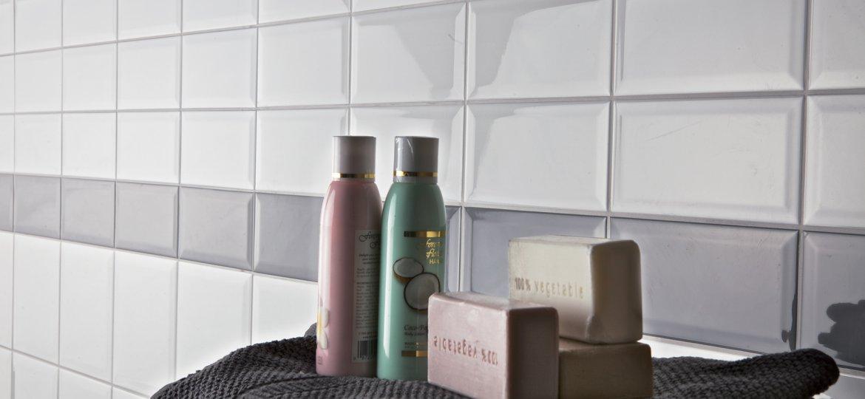 Serie phormae pavimenti e rivestimenti moda - Bagno grigio e bianco ...